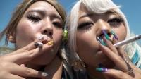 主観でギャルレズカップルのタバコの煙を吐き掛けられる